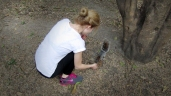 Svetlana feeding squirrels. :)