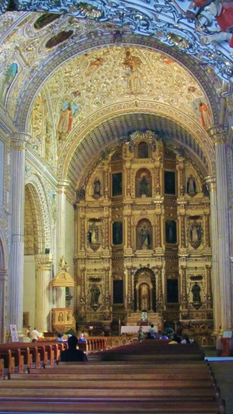 The inside of santo domingo, all decorations in gold.