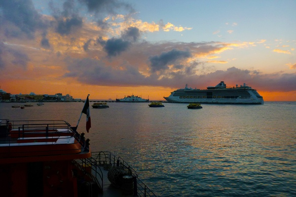Sunset when leaving the port of Cozumel, with the american cruises.