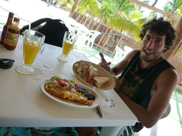Having breakfast, long time we wate out... first time since holbox actually. And we miss chayas so much! haha.