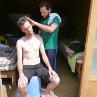 Francesco is cutting Didacs hair... he used to work at a barbars shop before.. hehe