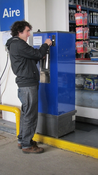 Duilio filling up the thermos with mate at the gasstation. Yes, they always have hot water at the gas stations. Crazy!