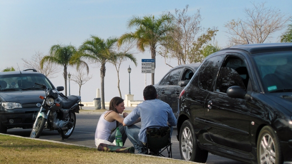 By the costanera, people park the car, take out a chair, and drink mate.