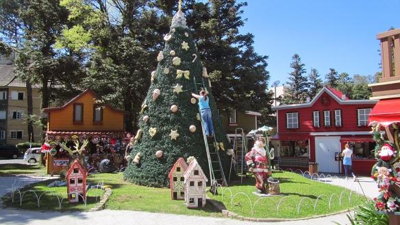 Vila Natal. Fixing the christmas tree!
