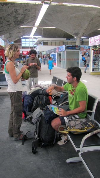 A little spanish gathering at the bus station with Isac, Eva and Vitor, all from Spain!