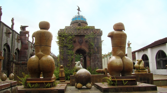 The courtyard and big butts. Te gusta Duilio? ;)