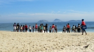 Such a cute little school class or something by the beach, screamig and jumping with every wave that came to the shore haha
