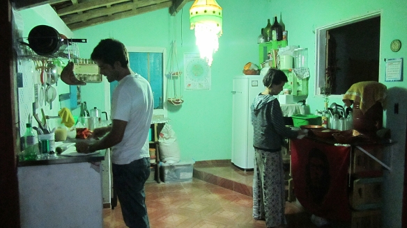 Zé preparing carpirinhas while Marion is baking bread! Hehe