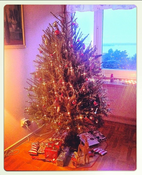 Moms christmas tree with a few gifts for todays christmas ;)