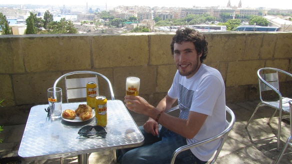 Enjoying some pastizzes and lokal beer with a nice view over the city!