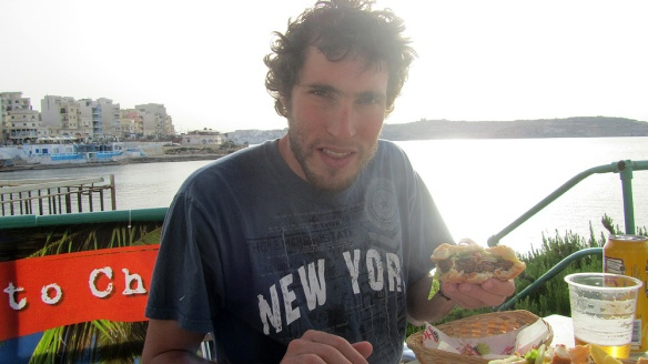 Duilio having a veggie burger in Búgibba