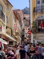 Lot's of people in the center of Sintra